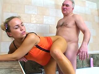 Vidéo du porno gratuitement en ligne un haut plus jeune excavateur dentaire...