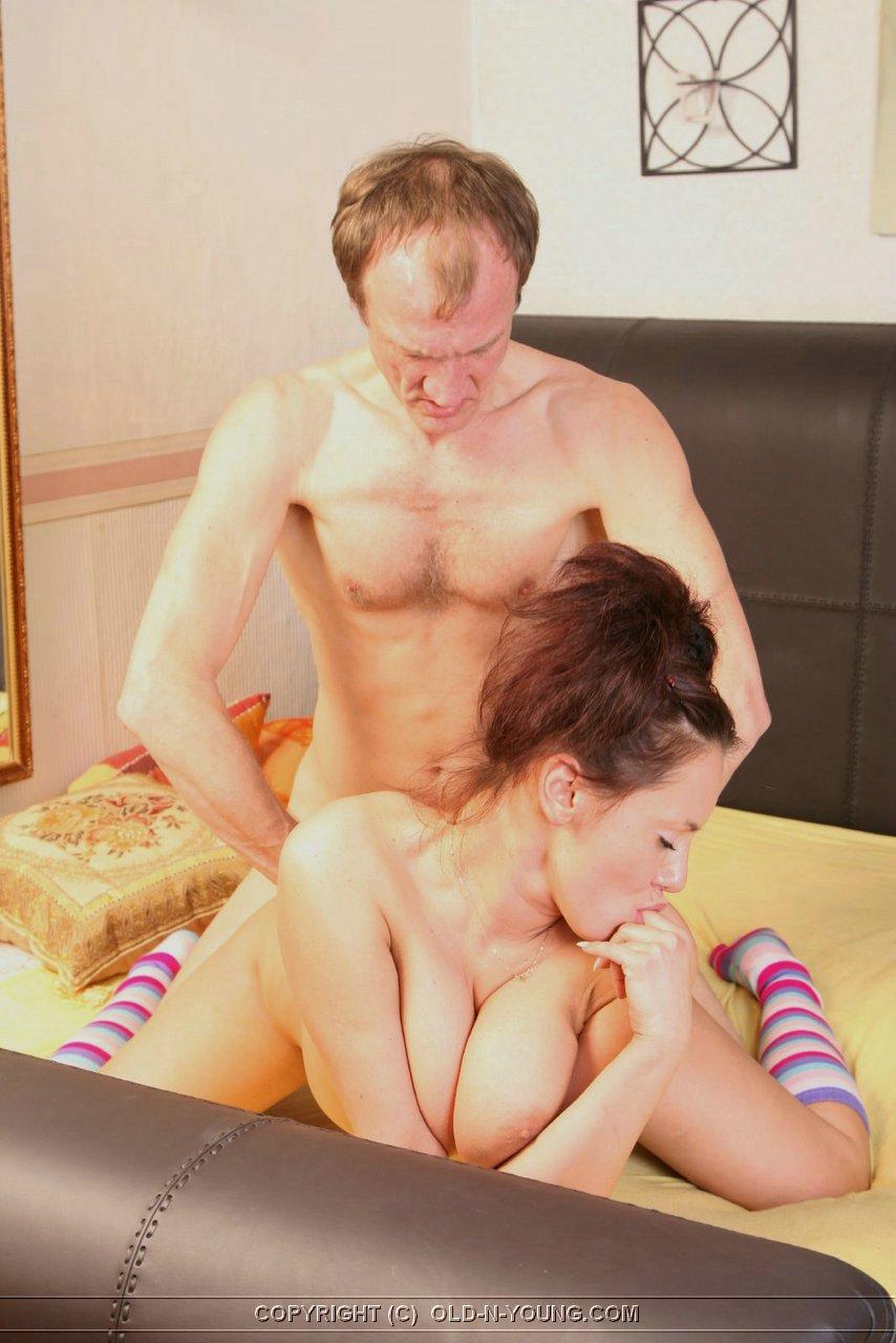 Русский мужик трахает жену с тещей 1 фотография